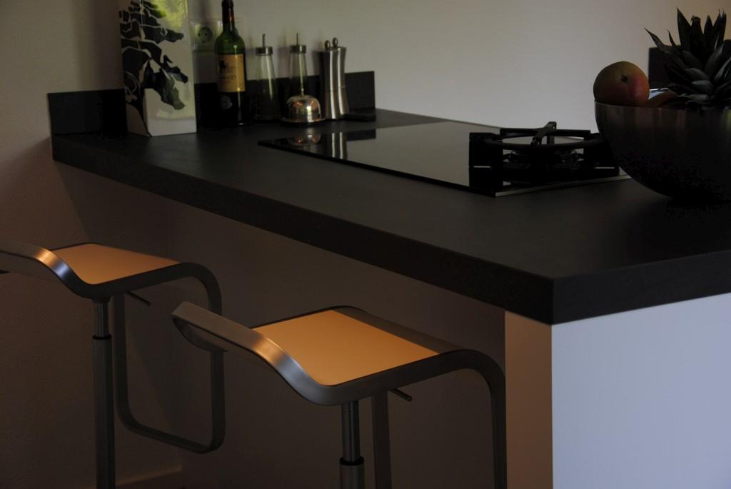 Moderne greeploze keuken met schiereiland in Giessenburg ...